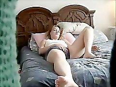 Shalene onanerar på sängen