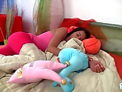 Tonårs Jessica vaknar upp kåt