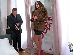 Петух зависимы Emma с громадными молоточки совращает агентом по недвижимости