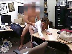 Gros nichons établissement Lady fucked en échange de billet d' niveau
