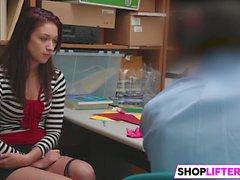 Shoplifter Naiomi Mae Obtém Martelado Pelo Oficial LP