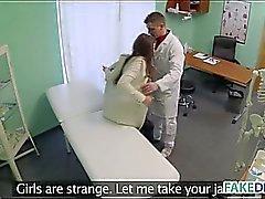 Fake Arztes fucks einer Heißes Brunettemädchen Babe