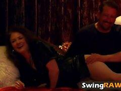 Brand new Paar genießt harte fucking auf der Swinger Party