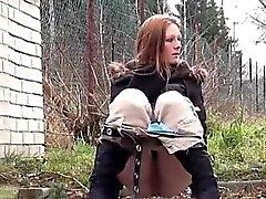 Tonårsbrud brunette vågar ta fatta pissa i snö