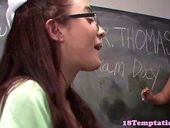 Schülerin amateur tugging Hahn im Klassenzimmer
