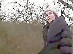 Brunett i strumpbyxor suger enorma Dick och knullar inom skogar