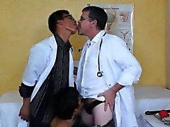 Миг азиатских пациента испорчен две курчавыми докторов