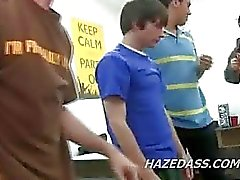 de quarto de faculdade de RAID conduz a actos sexo gay