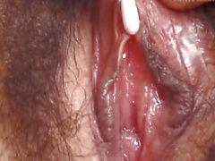 Hitomi Kiryuu asiatiche fa dita nella vagina pelosa dormendo