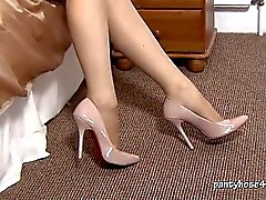 Blondin Niki Rips hennes strumpbyxor