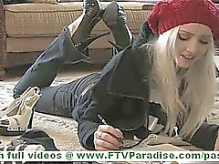 Лайдей красивая невинных блондинка голый на лестницей представляющих и трогательные себя