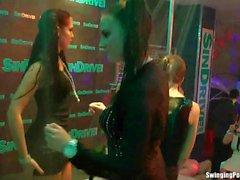 Nass girls erotisch in einem Club tanzen