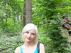 Delgado rubio dando cabeza y follar al aire libre en el bosque