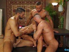 Trio gay latino con sperma in bocca