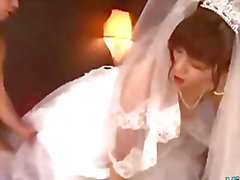 Fille d'Asie Au de robe de mariage baisée par 2 mecs faciale sur le lit de Les de Roo