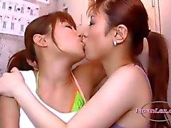 2 meninas asiáticas Beijar Tongues apaixonadamente chupar e Bico no chão em Roo O Locker