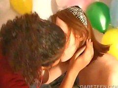 Bardakta girl DareRing başka kızlarla öpme
