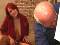 jonge vrouw met een oude man