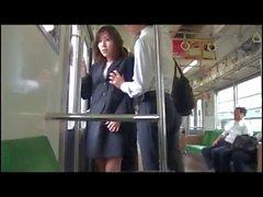 Fahrt mit dem Eisenbahn bei Verworrene japanische Dame