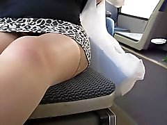 Flicka blinkande tan strumpor och trosor skalle i buss