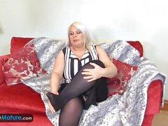 EuropeMature Old Chubby Sami spielt mit großen Titten