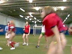 Högskola tonåringar pusslick i fotboll sätter in