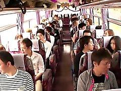 Japanische Teenager groupsex Handeln Babys in einem Bus