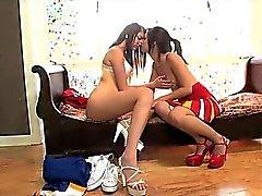 Lesbiska cheerleaders mumsar den pussy