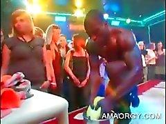 Orgias babe recebe seu dedo boceta fodida por striper