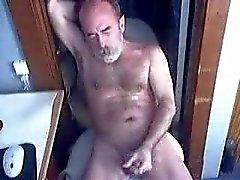Oude man klaarkomen voor de webcam