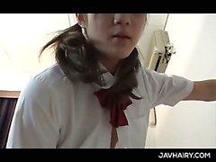 Slanciato Scuola ragazza asiatica tiene dito profondo di twat pelose