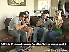 Eine Gruppe von Typen und Mädchen reden trinkt Wein