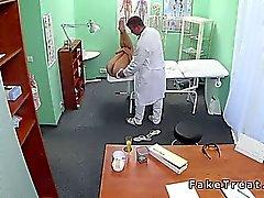 Arztes hilft Patientin schwanger bei Fälschung Spital zu bekommen,