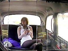 Corneo bambina britannico battere in un taxi in pubblico