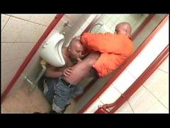 Bareback dans les toilettes d'un bar