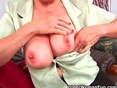 Großmutter in Strumpfhosen Massages ihre großen Titten und Finger fickt ihr Alter Pussy