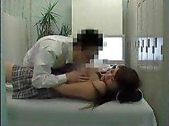 Tyttö nai lääkäri tarkistaa