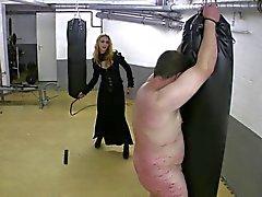 Erittäin kuuma redheadkuva emännän nahka ruoskinta sitoutunut slave