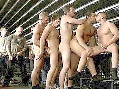 Orgia gaybar del primer con los aficionados que culminan
