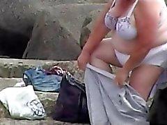 Dos abuelitas espiado la playa