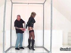 Adulterino sistema inglese di Sonia signora matura rivela i suoi grosse tette
