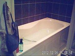 Sarad relaxant dans la baignoire