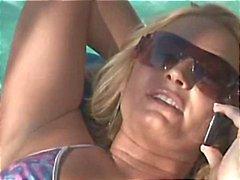 Naughty blonde vrouw smakt en neukt een grote zwarte boner voor hubby