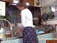 Mütter masturbiert Fingersatz sich im Küchen