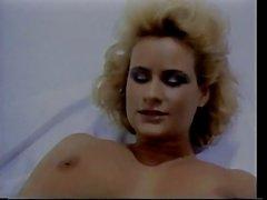 Lesbiche leccano figa pelosa in camera bianca
