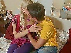Little Teenie får hennes fitta slickas av pojkvän