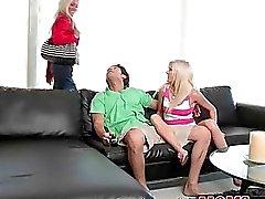 MILF tar fördel av tonårspojke