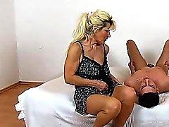 Strumpf die Beine Dame Maya cfnm und haarig Fotze Sitting