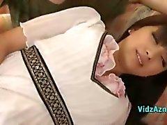 Asiatisk flicka i vit klänning får hennes fitta Fingered på soffan i sammanträdet Roo