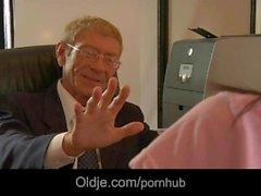 Huysuz dede Patronun 20 yo sekreterine sikikleri